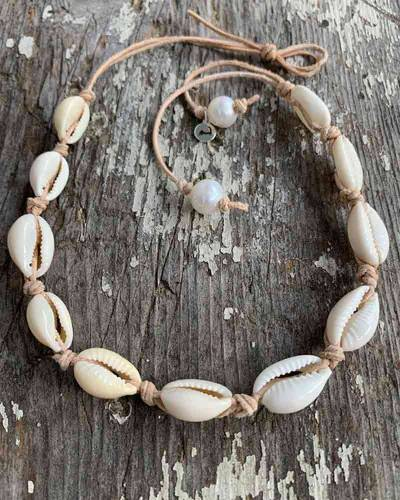 Cowrie Shell Choker in Natural
